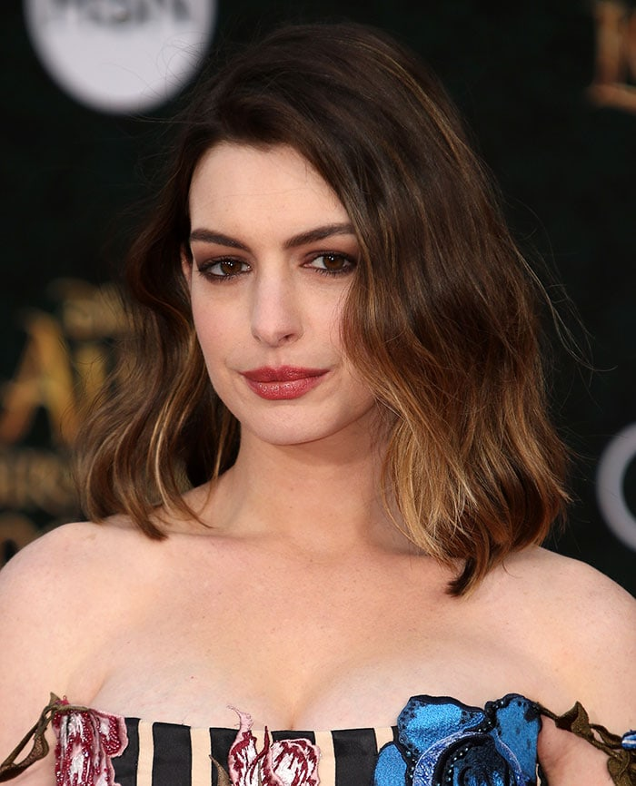 Anne-Hathaway-smoky-eyes-red-lipstick-loose-waves