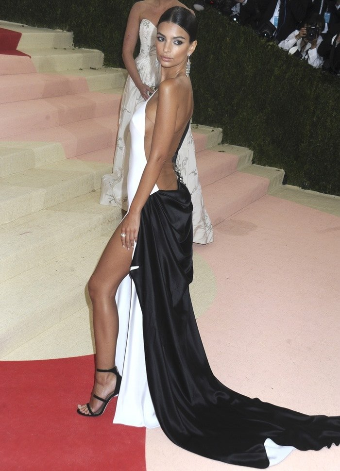 Emily Ratajkowski oozed sex appeal in a beautiful one-shoulder gown from Prabal Gurung