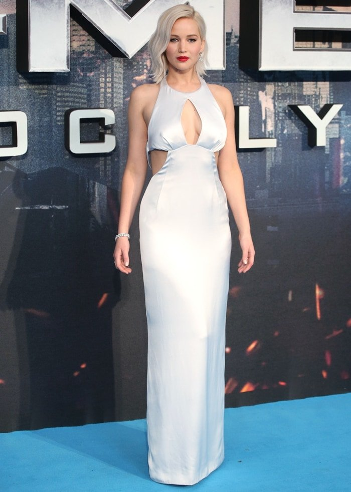 Jennifer Lawrence showed off her cleavage in a gorgeous dress
