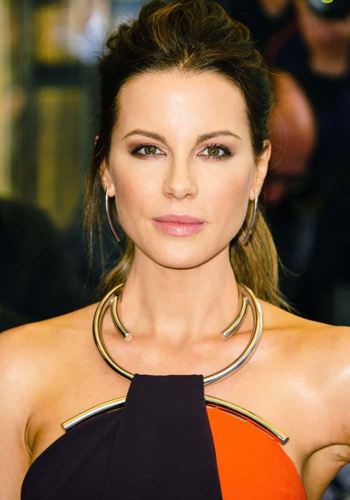 Kate Beckinsale's Thierry Mugler dress features a metal neckline