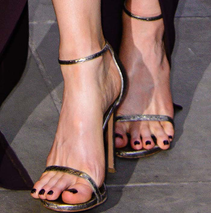 Kate Beckinsale's wild toes in classic Stuart Weitzman Nudistsong sandals
