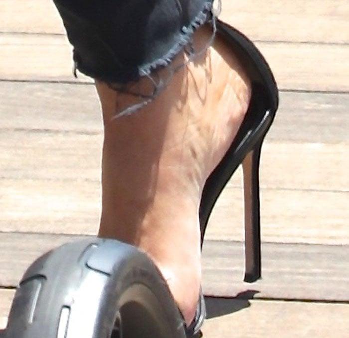 "Kim Kardashian shows off her feet in her favorite Manolo Blahnik ""Chaos"" sandals"