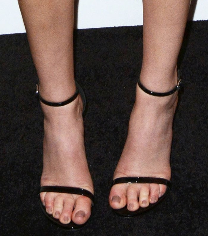 Whitney Port's feet are shoe size 9 US