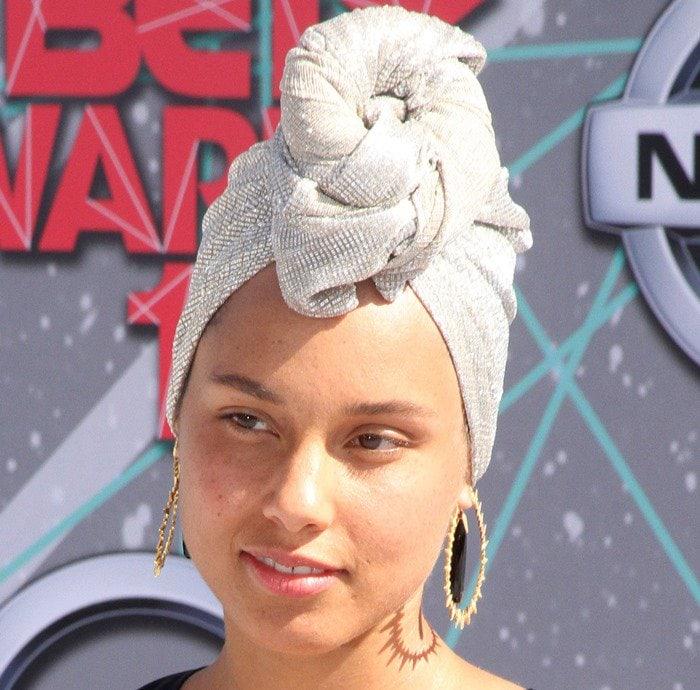 Makeup-free Alicia Keys wearing a gray headscarf