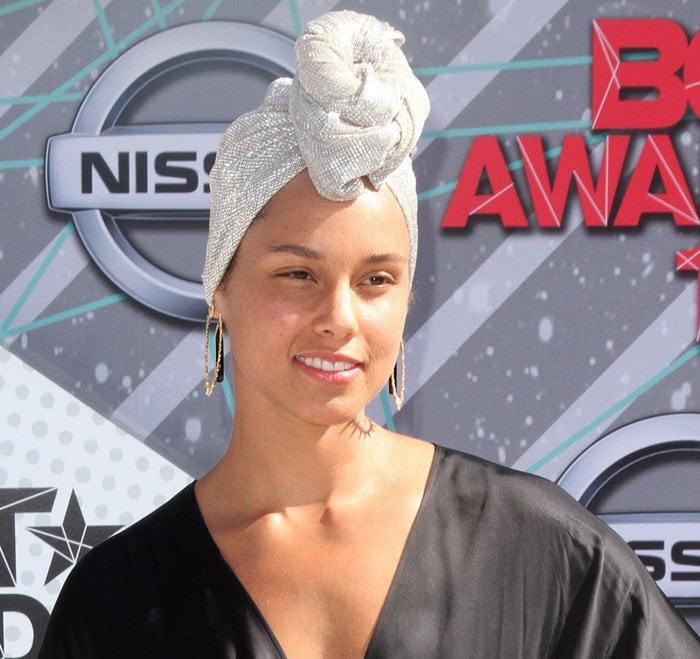 Make-up free Alicia Keys wearing hoop earrings