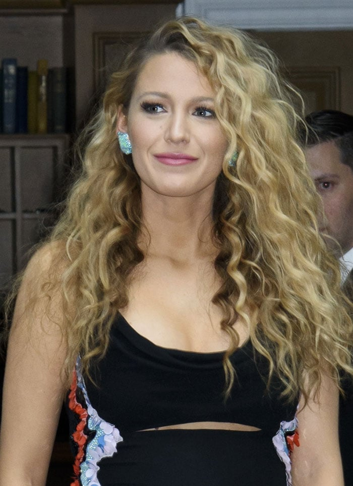Blake-Lively-curly-hair-pink-lipstick