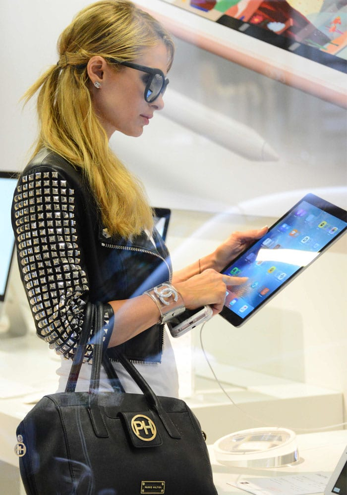 Paris Hilton drops by the Apple Storein Milan after a series of errands