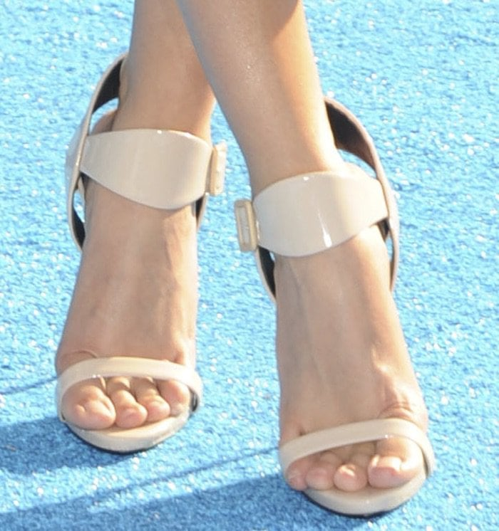 Sarah Hyland Finding Dory premiere shoes2