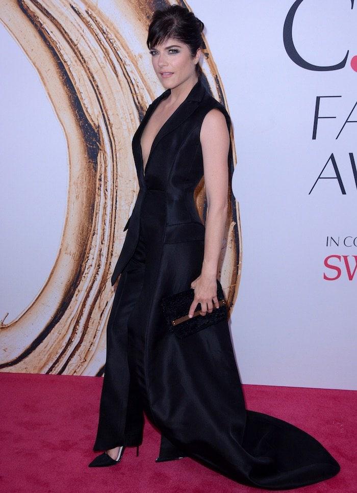 Selma Blair's black suit features a one long sleeve asymmetrical jacket