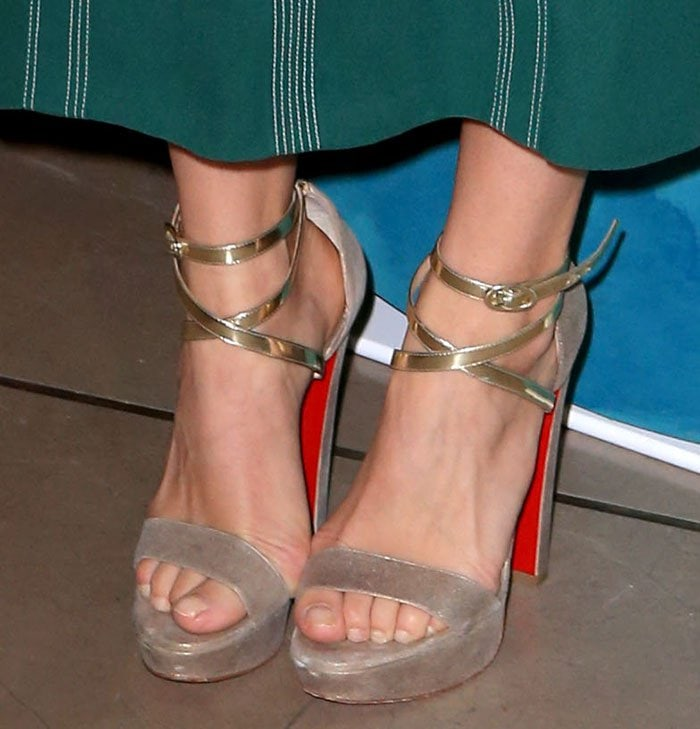 Suki-Waterhouse-Christian-Louboutin-Summerissima-Crisscross-Platform-Sandals