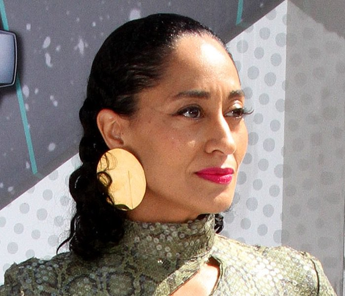 Tracee Ellis Ross accessorized with gold earrings from Celine and went for dramatic makeup