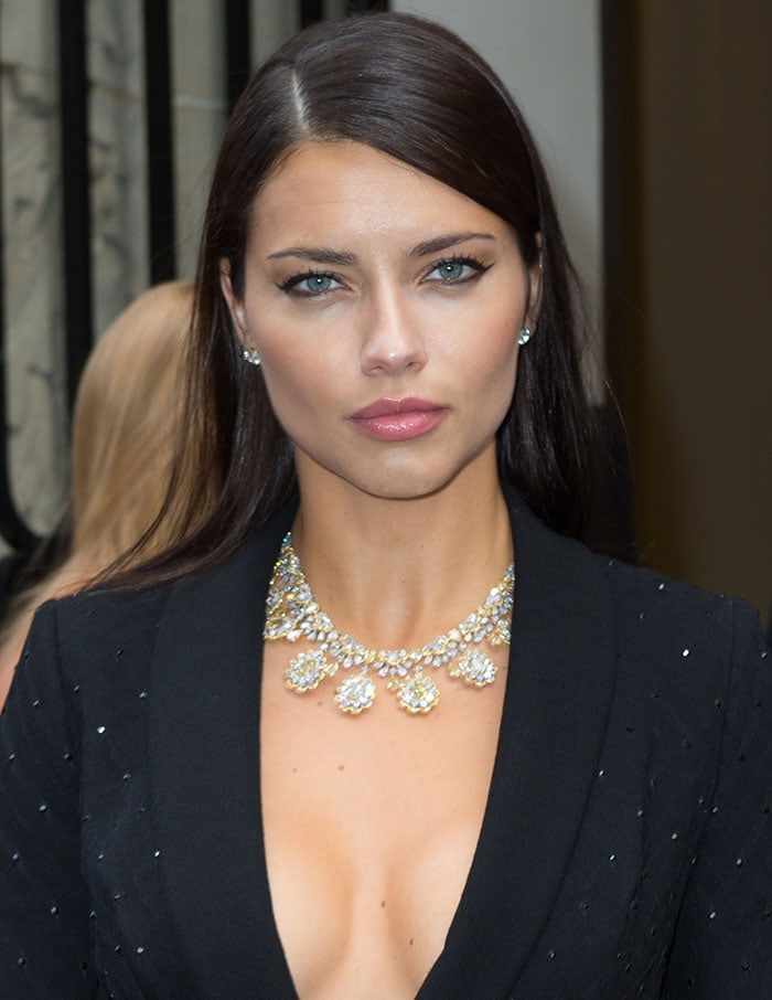 Adriana-Lima-cleavage-statement-necklace