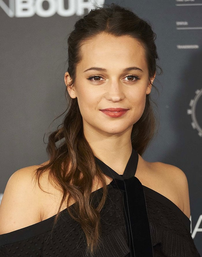Alicia-Vikander-half-up-loose-curls-minimal-makeup
