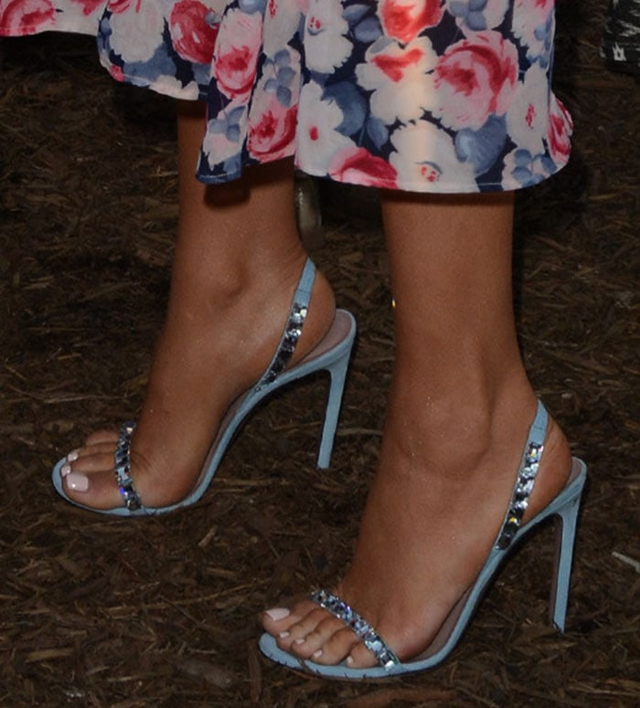 0c2e0382fdc Blake Lively Shows Off Baby Bump in Gucci  Mallory  Sandals