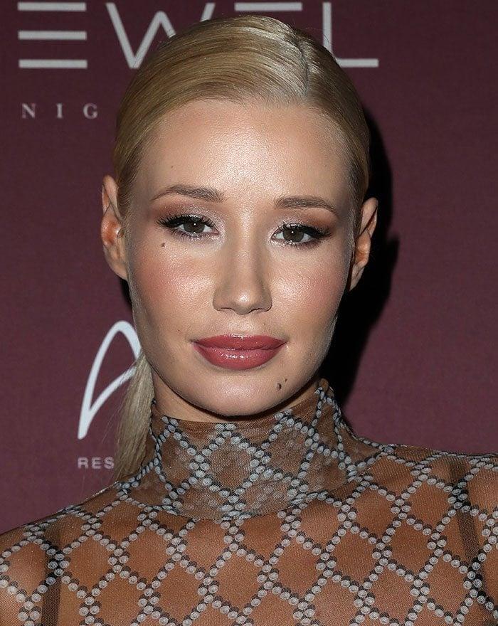 Iggy-Azalea-ponytail-lipstick