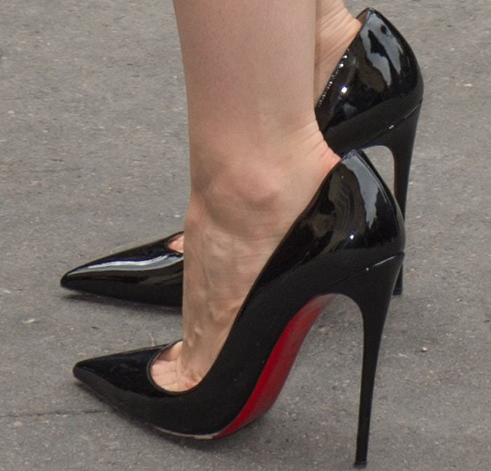 "Jessica went with the classic no-fail Christian Louboutin ""So Kate"" pumps in black patent"