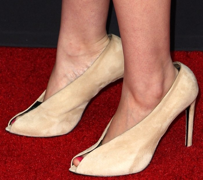 """Julia Garner shows off her size 7 (US) feet at the Los Angeles Premiere """"Sin City: A Dame To Kill For"""""""