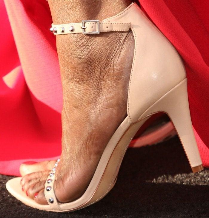 "Leslie Jones shows off her feet in powder blush Vince Camuto ""Cassandy"" sandals"