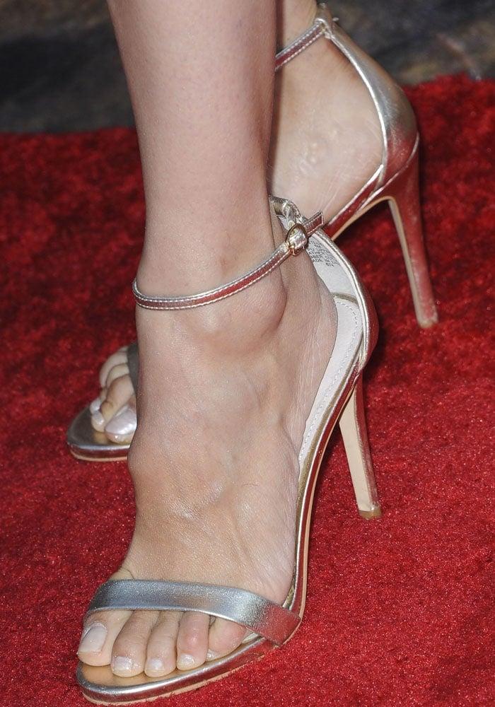 Rachel Leigh Cook shows off her feet in Stecyheels