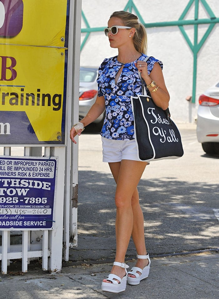 Reese Witherspoon goes to a spa in Culver City with a bandaged hand on July 8, 2016