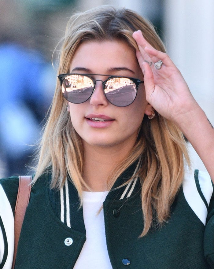 Hailey-Baldwin-light-makeup-sunglasses
