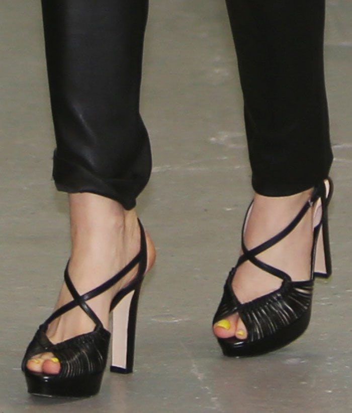 Isla-Fisher-LK-Bennett-Silvia-Platform-sandals