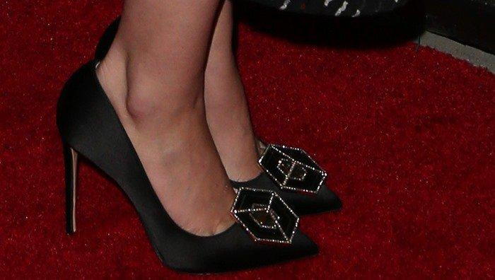 Lizzy Caplan wearing black pointy-toe Nicholas Kirkwood 'Eden' pumps