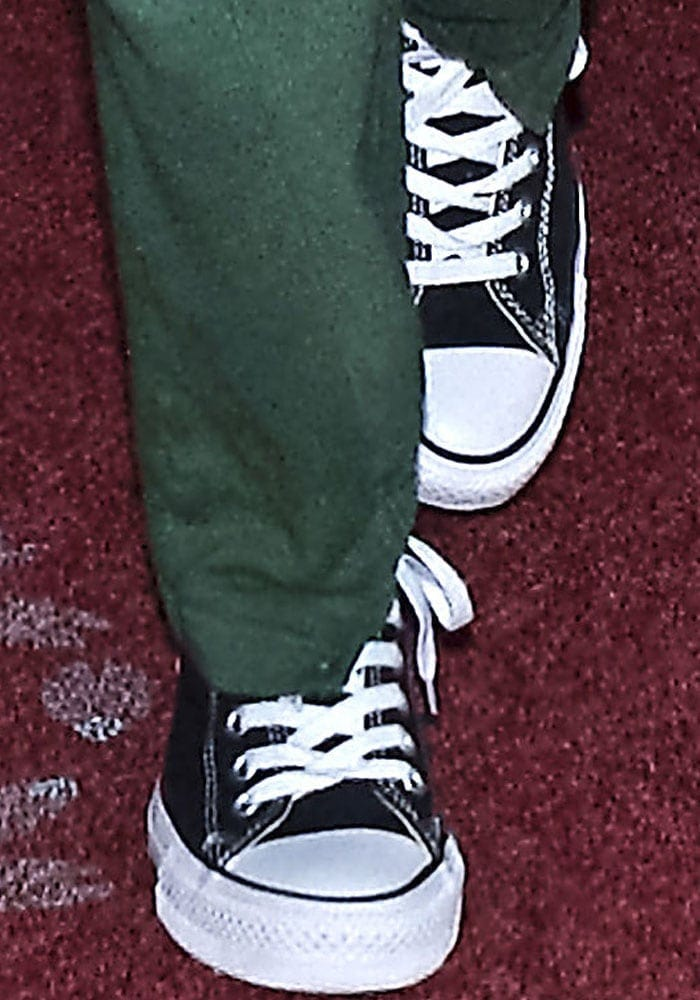"""Selena paired her comfortable travel wear with the Converse Chuck Taylor """"All-Star"""" sneakers"""