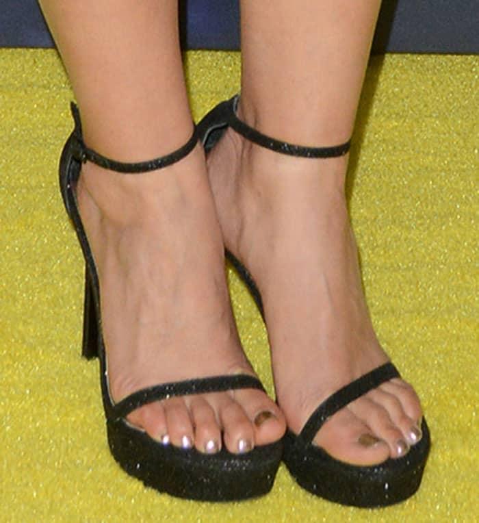 america-ferrera-stuart-weitzman-nudist-glitter-platform-sandals