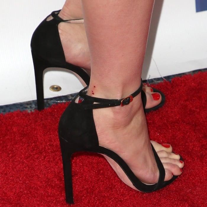 Ariel Winter's pretty feet in black stiletto sandals
