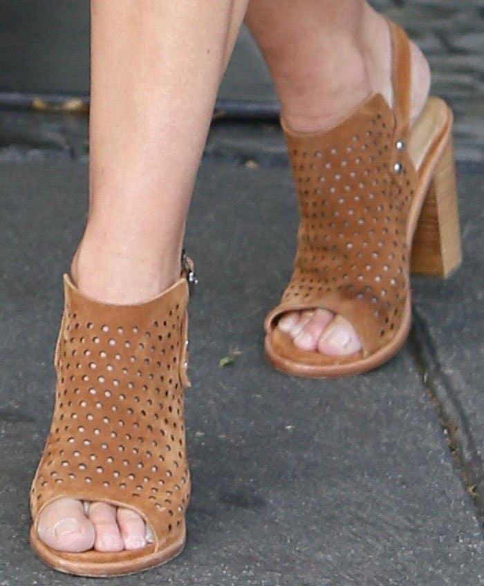 """Cindy wears Rag & Bone """"Wyatt"""" perforated sandals in tan suede"""