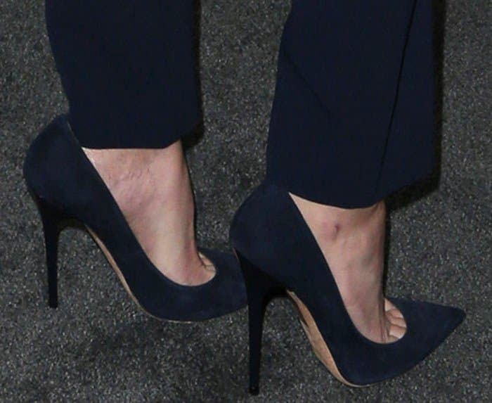 Elizabeth Banks shows off her feet in Jimmy Choo pumps