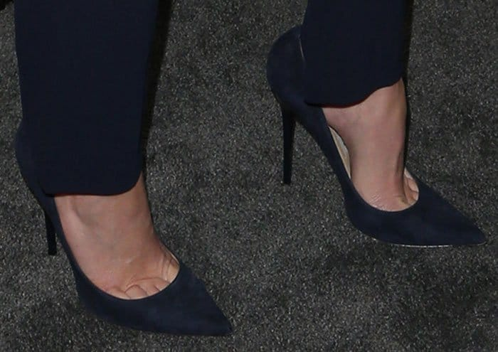elizabeth-banks-jimmy-choo-anouk-navy-suede-pumps