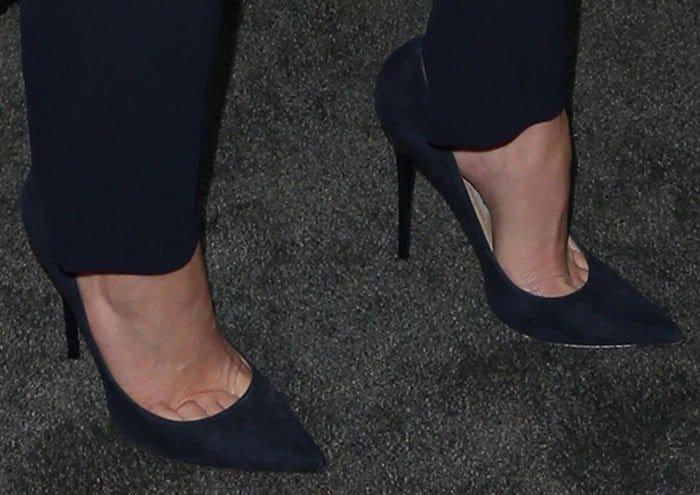 Elizabeth Banks reveals toe cleavage in velvety suede pumps