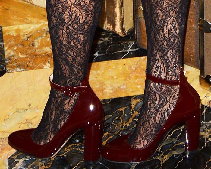 eva-mendes-gianvito-rossi-sherry-red-block-heel-pumps