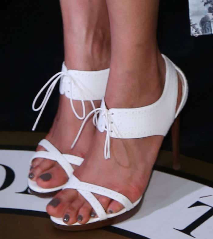 freida-pinto-burberry-white-sandals