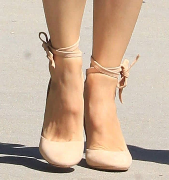 Jennifer Garner's feet in nude suede pumps