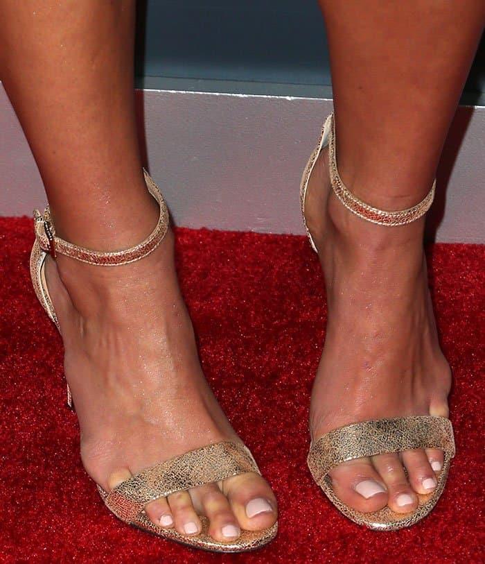 jordana-brewster-tory-burch-keri-crackle-metallic-sandals