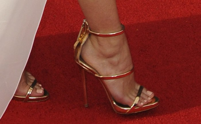 keri-russell-68th-emmys-shoes2