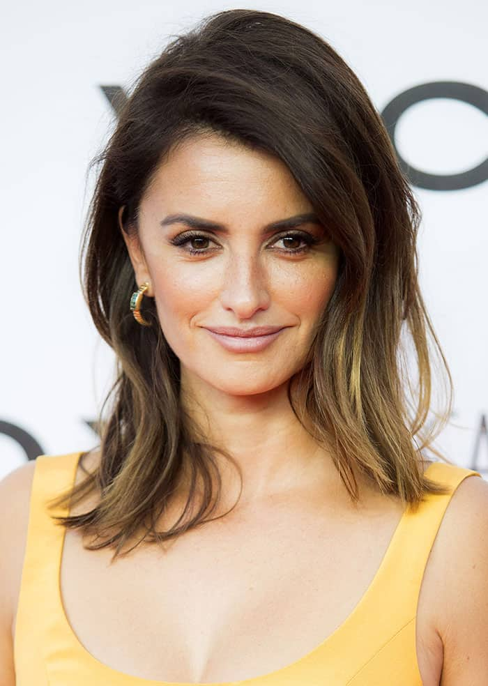 Penelope Cruzopted fora pair of small gold hoop earrings