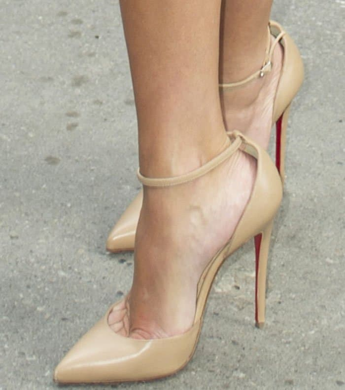 reese-witherspoon-tiff-sing-christian-louboutin-3
