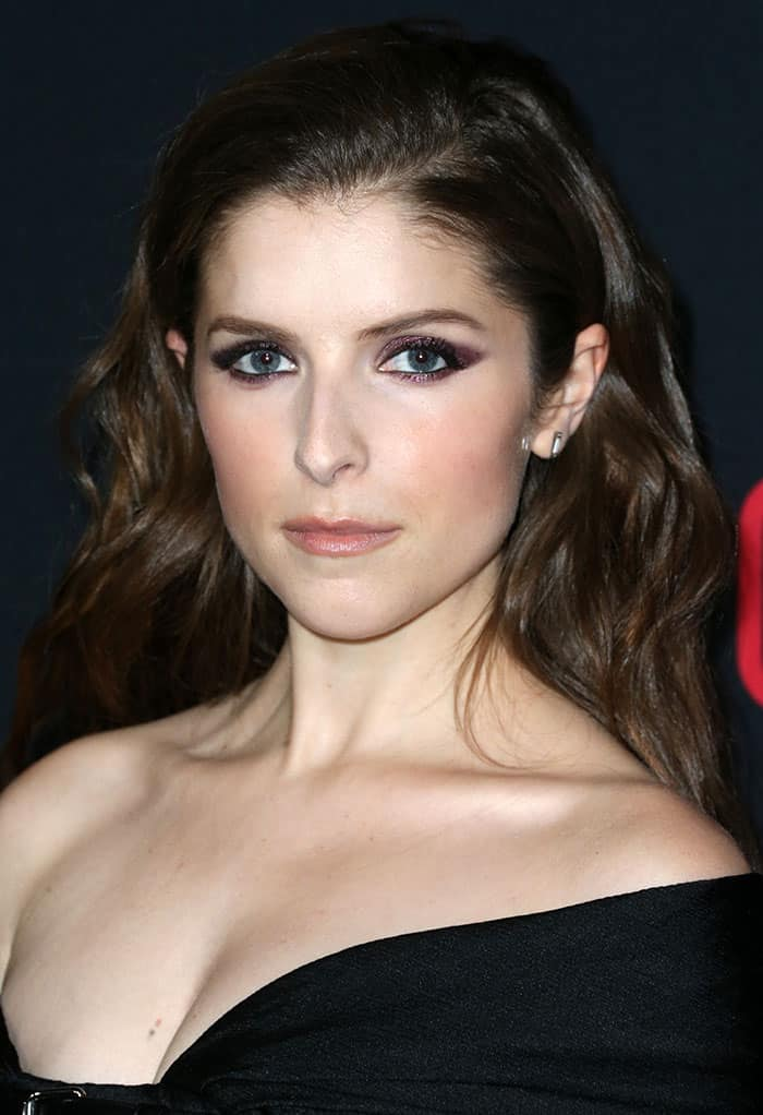 anna-kendrick-glittery-smoky-eyeshadow-loose-waves