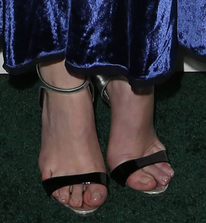 Anna Kendrick put her ugly toes on display in black sandals