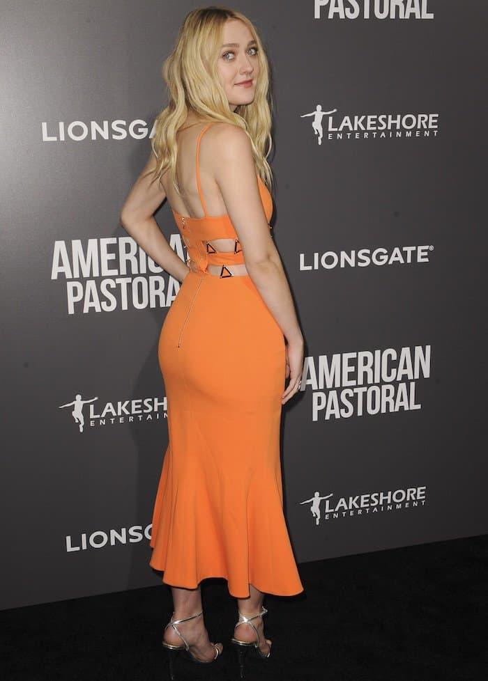 Dakota Fanningpaired her bright dress with metallic Lipstick sandals
