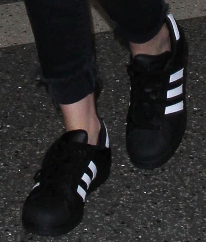 kristen-stewart-adidas-superstar-foundation-shoes-1