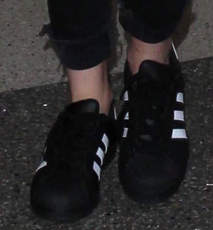 kristen-stewart-adidas-superstar-foundation-shoes-2