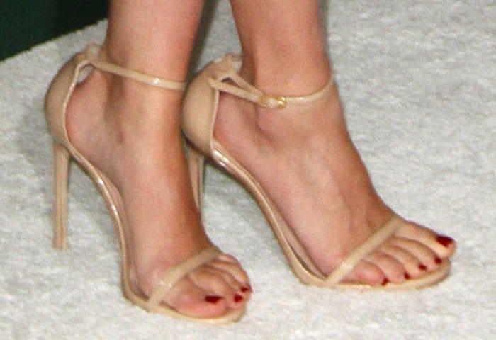 Scarlett Johansson wearing Stuart Weitzman Nudistsong sandals in adobe aniline