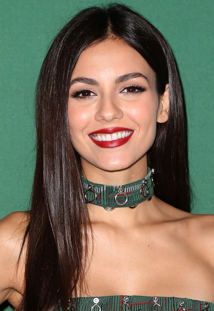 victoria-justice-sleek-straight-hair-red-lipstick
