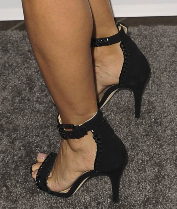 Eva Longoria shows off her sexy feet in black whipstitch sandals
