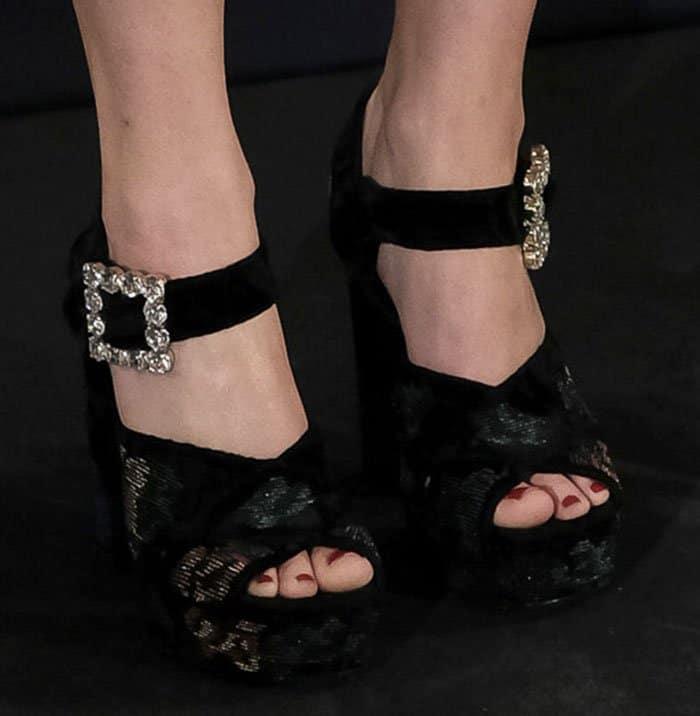 jennifer-lawrence-roger-vivier-cube-crystal-sandals